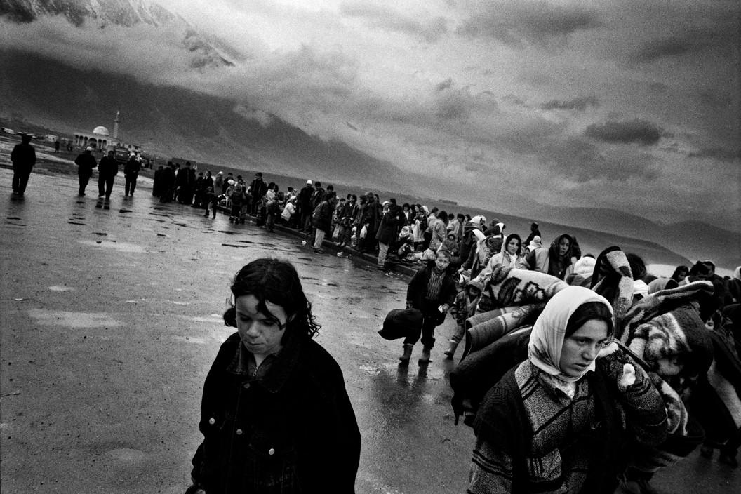 Kosovo Albanian refugees walking to Kukes, Albania.