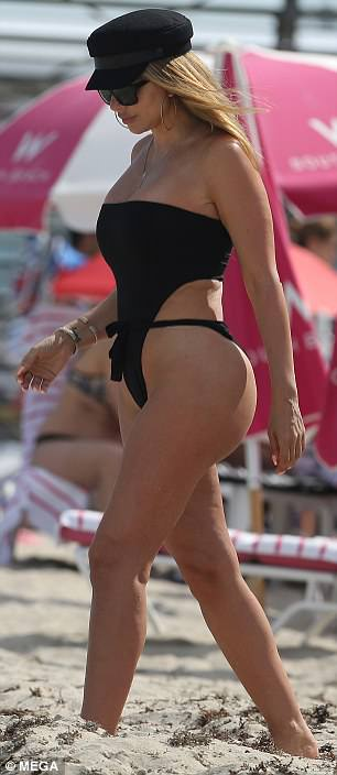 4ABEA35100000578-5567525-Dare_to_bare_The_Real_Housewives_of_Miami_star_flaunted_her_perk-a-109_1522602039723