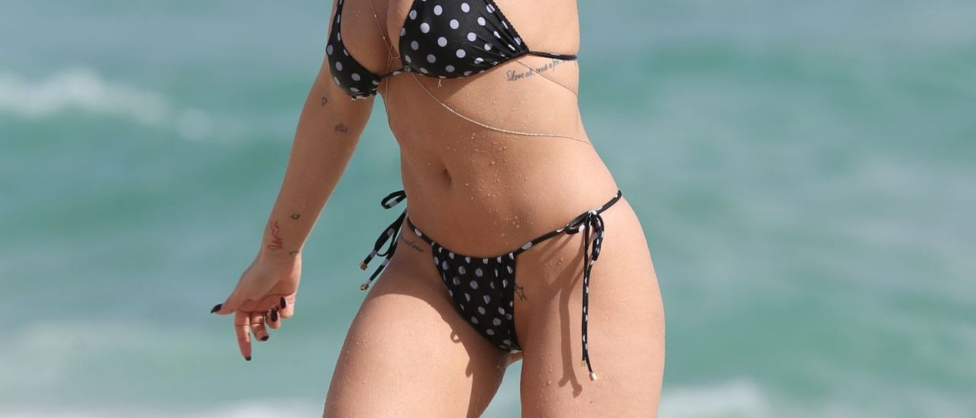 Rita-Ora_-Hot-Bikini-Pics-from-Beach-in-Miami--08-1400x600