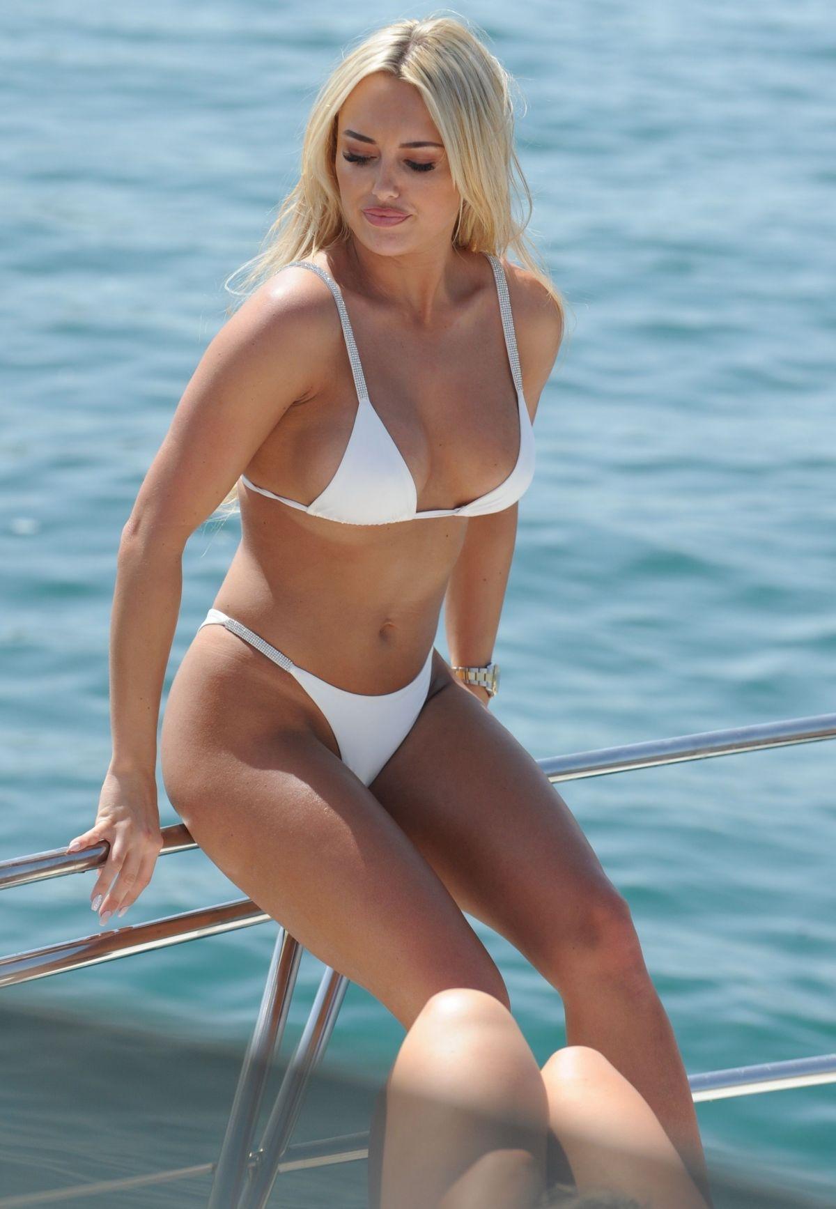 amber-turner-in-bikini-on-the-yacht-in-dubai-03-10-2018-21