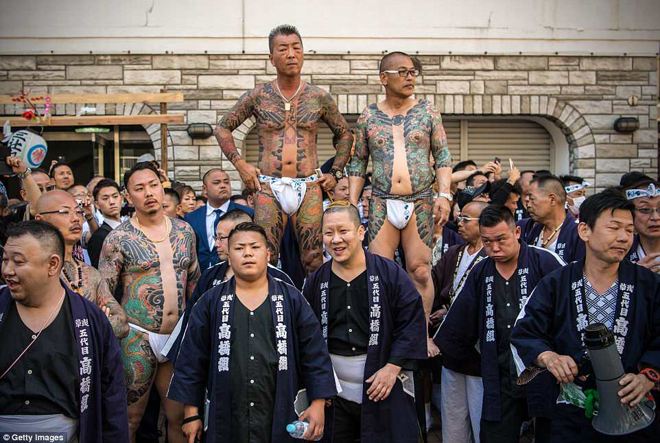 4C8302AA00000578-5755629-There_was_no_such_discretion_in_play_at_Sanja_Matsuri_as_the_men-a-16_1526956029337