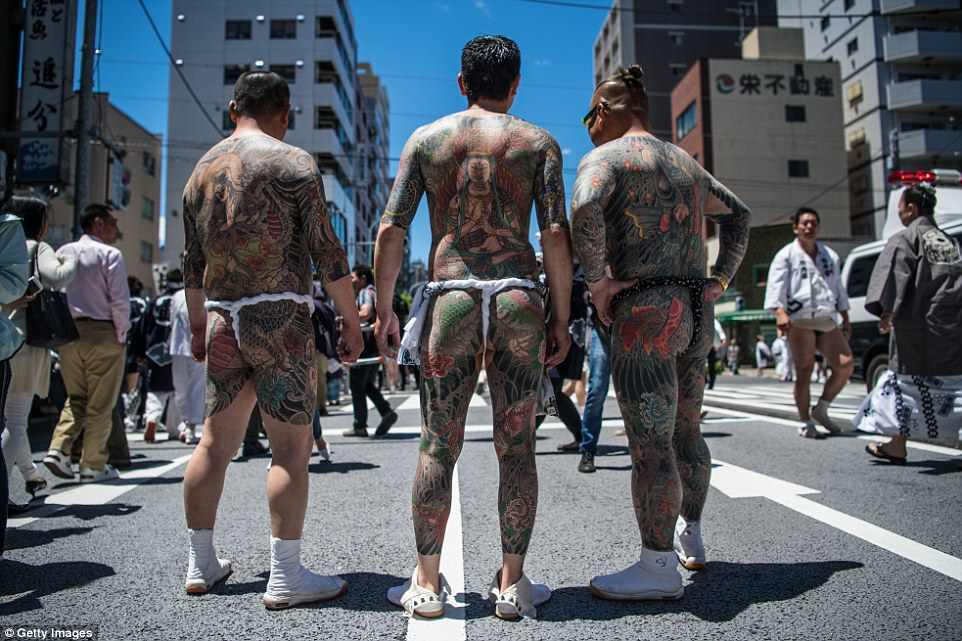 4C8302CA00000578-5755629-The_Sanja_Matsuri_festival_in_the_north_Tokyo_suburb_of_Asakusa_-a-13_1526956028876