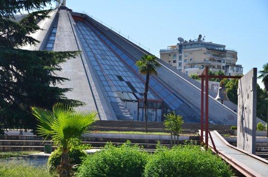 piramida-enver-hoxha