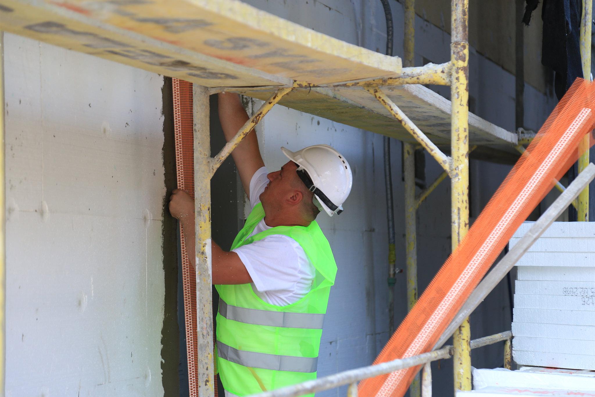 Veliaj gjate inspektimit te pallateve qe kane perfituar nga Fondi i Komunitetit 4