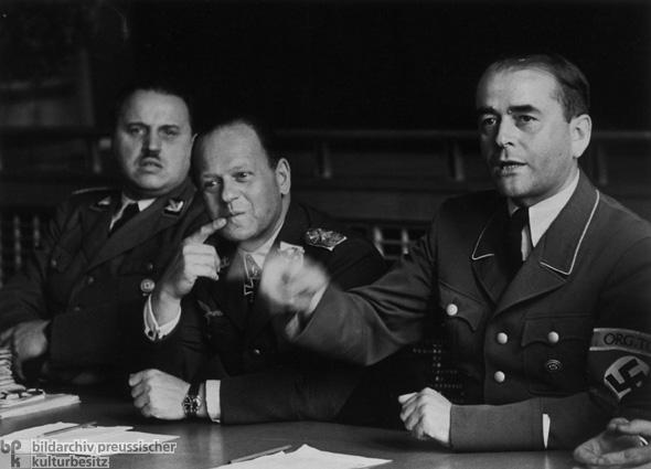 Rstungsminister Albert Speer bei einer Arbeitstagung zu Rstungsfragen mit Wehrwirtschaftsfhrern.
