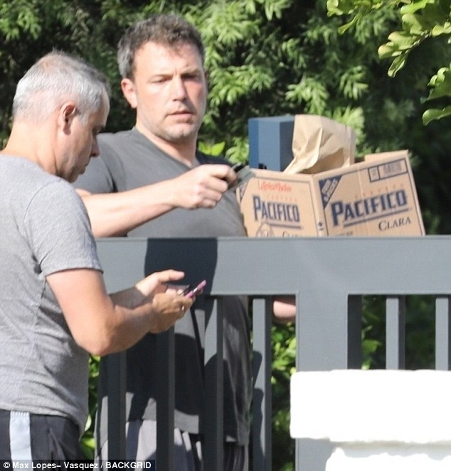 4F400A5000000578-6083283-Ordered_in_Ben_Affleck_was_seen_outside_his_Los_Angeles_home_on_-m-16_1534866870603