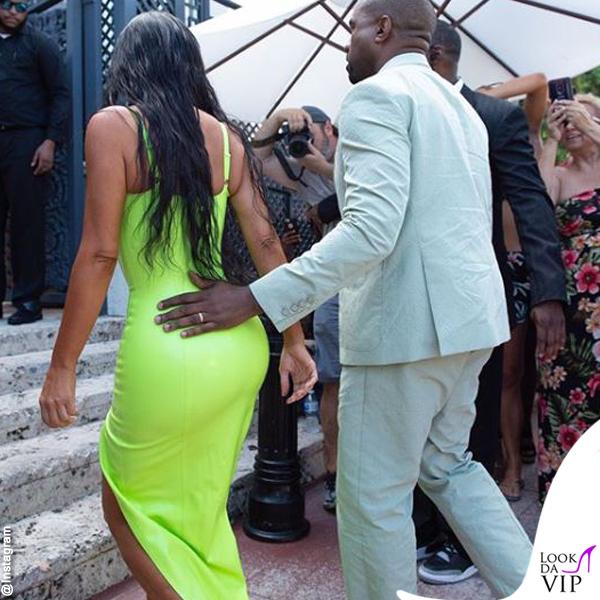Kim-Kardashian-abito-atsuko-kudo-scarpe-Gianvito-Rossi-Kanye-West-abito-Louis-Vuitton-ciabatte-Yeezy-4