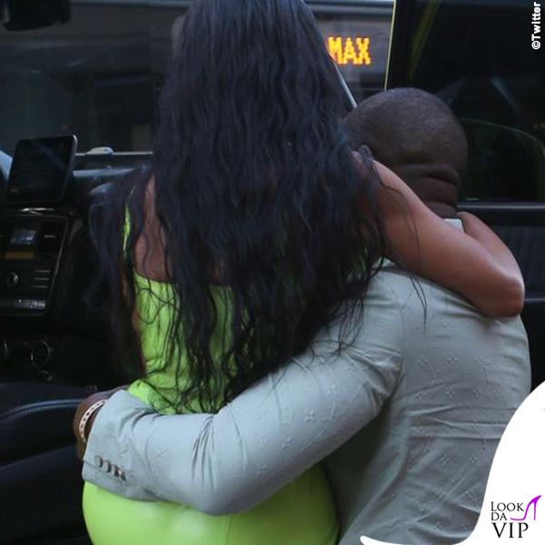 Kim-Kardashian-abito-atsuko-kudo-scarpe-Gianvito-Rossi-Kanye-West-abito-Louis-Vuitton-ciabatte-Yeezy-7