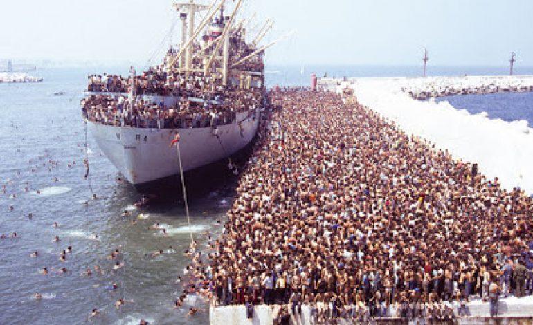 Video/ Anija 'Vlora' me 20 mijë shqiptarë drejt Italisë, 27 vite nga eksodi  i vitit 1991 - Gazeta Mapo