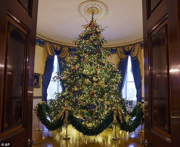6661178-6436439-The_official_White_House_Christmas_Tree_which_stands_at_just_und-a-20_1543386638124