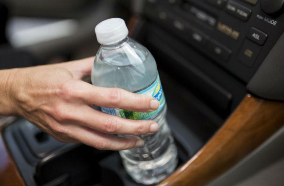 A duhet të mbani shishe uji në kroskotin e makinës tuaj? - Gazeta Mapo
