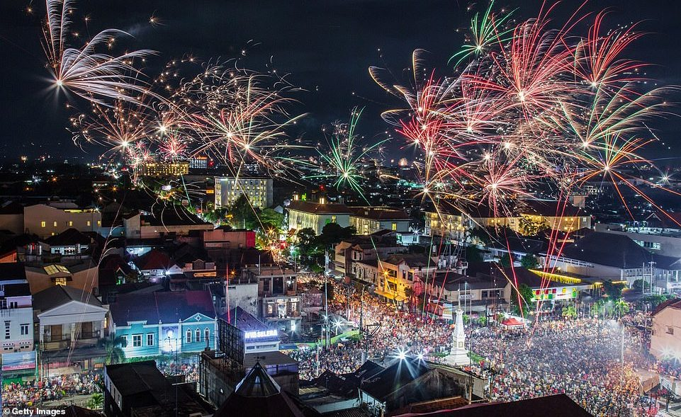 7994312-6541611-INDONESIA_An_explosion_of_fireworks_illuminate_the_sky_in_Yogyak-a-13_1546302683039
