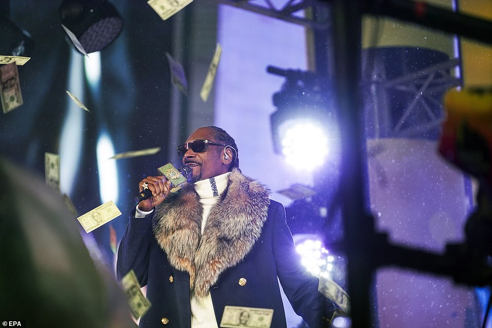8009054-6541611-Rapper_Snoop_Dogg_was_also_one_of_the_headline_acts_at_Times_Squ-a-15_1546338701999