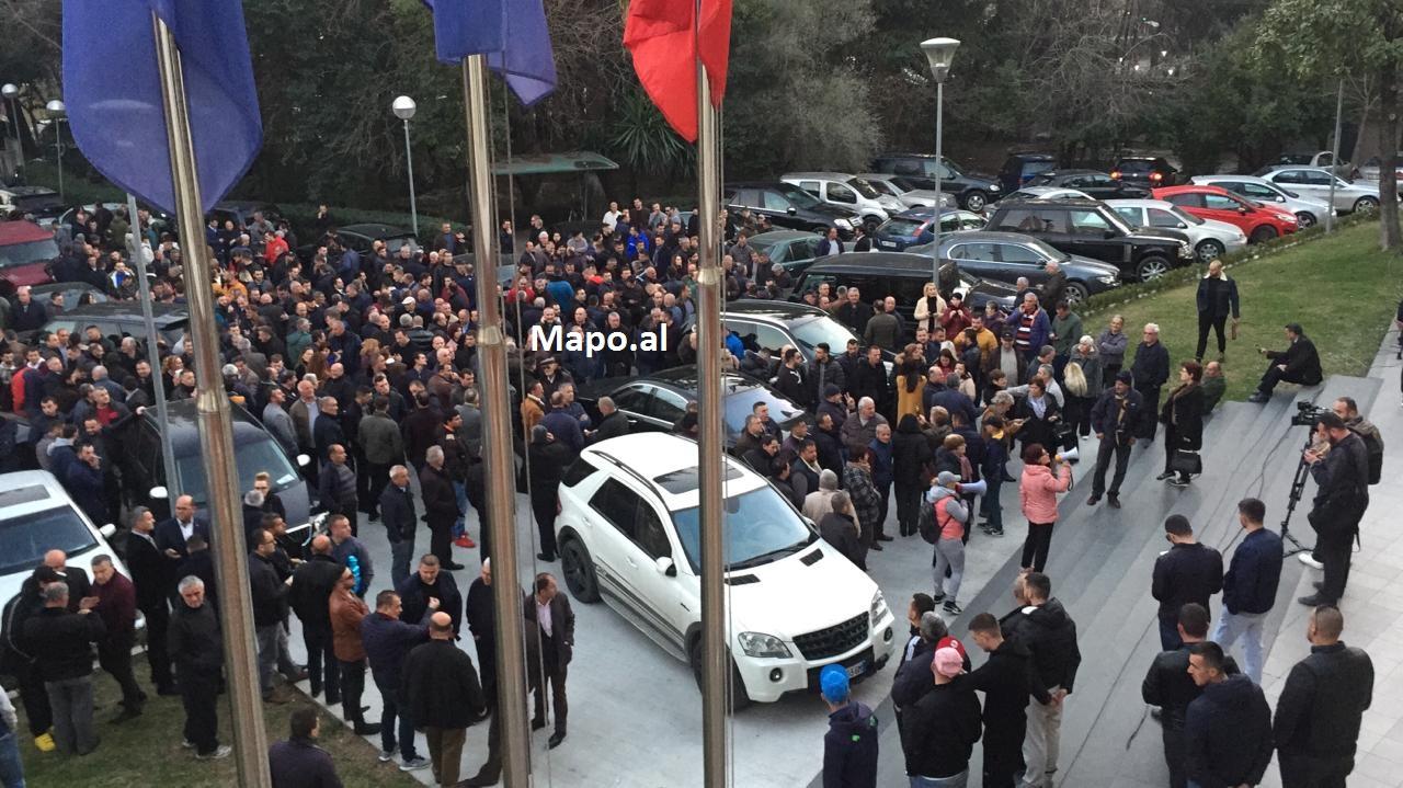 Mitingu i opozitës nis një ditë para, oborri i PD mbushet me mbështetës