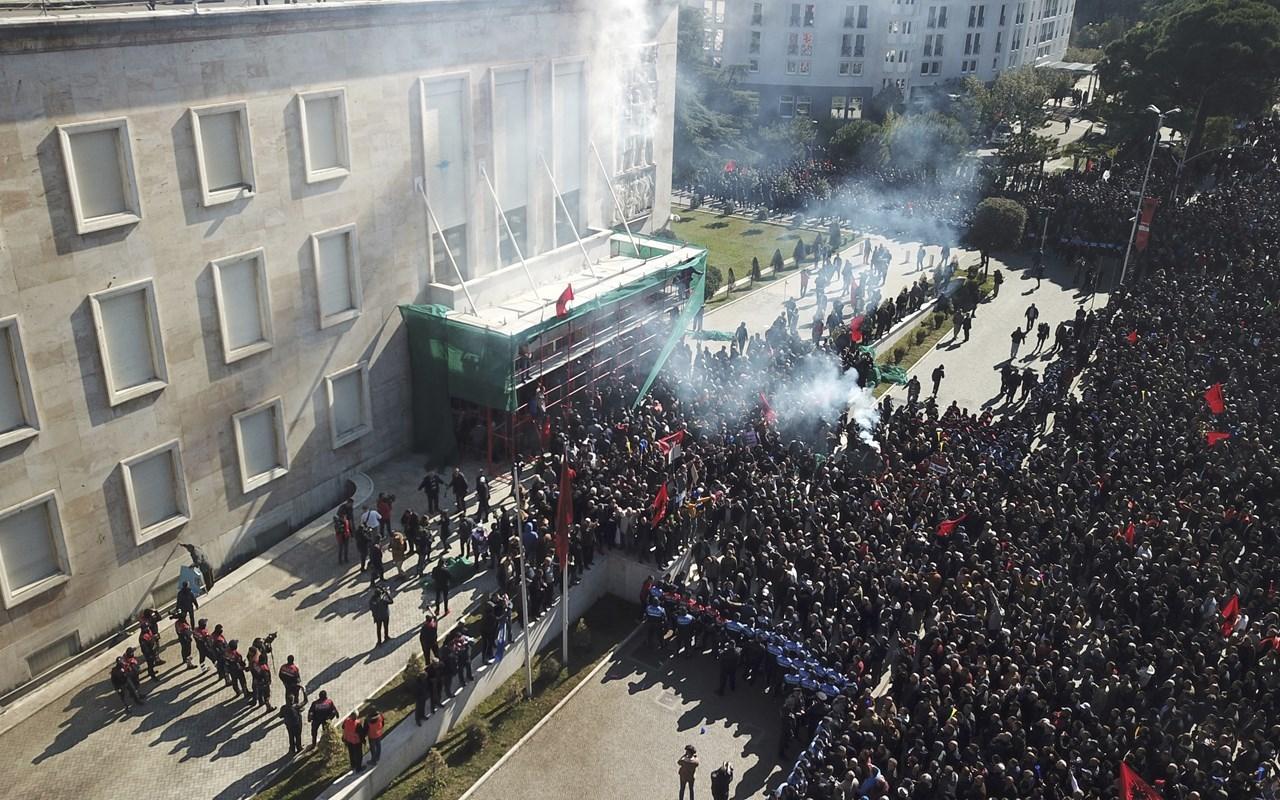 Postoi foto me armë dhe bëri thirrje për rrëzimin e qeverisë, ndalohet protestuesi