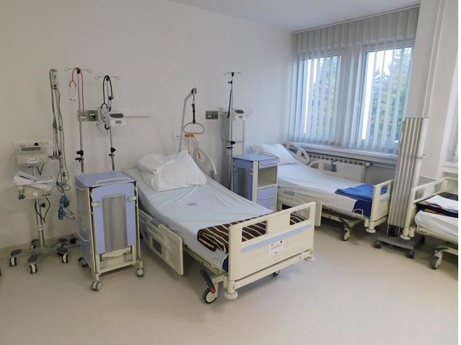 Familjarët futen në spital, rrëmbejnë të vdekurin bashkë me krevat - Gazeta  Mapo