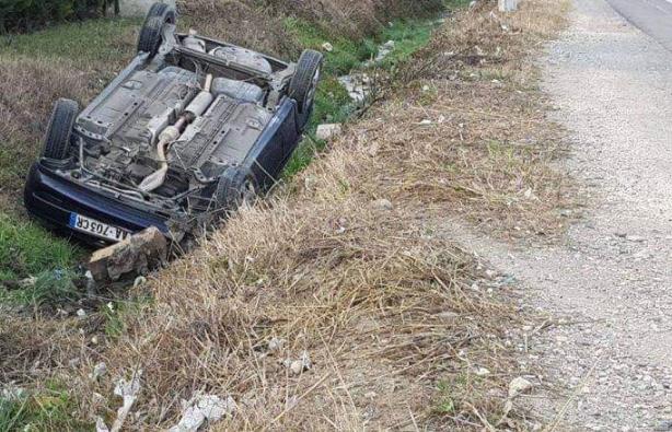 """Aksident në aksin Peshkopi Maqellarë – Përmbyset """"Ford""""-i, shoferi dërgohet në spital"""