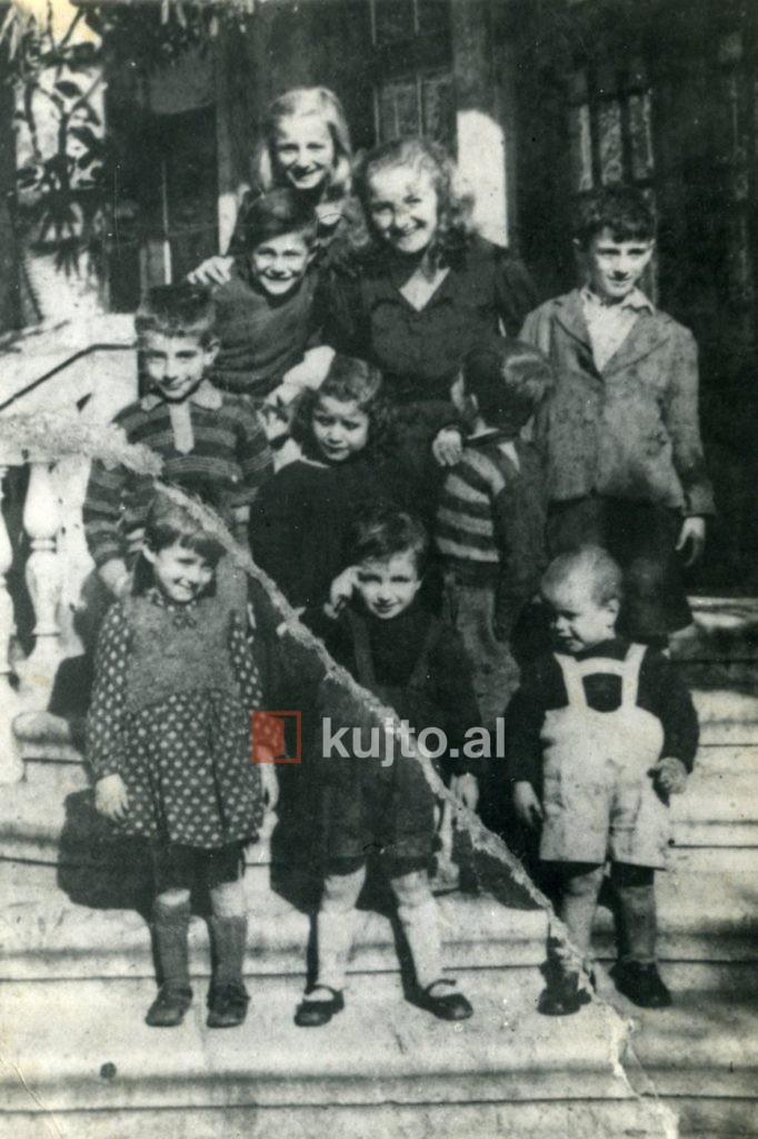 Babi-me-kusherinjte-para-komunizmit-682x1024