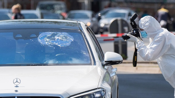 ein-mitarbeiter-im-spurenzschutzanzug-macht-fotos-von-einem-wagen-in-hannover-die-hintergruende-der-auseinandersetzung-sind-noch-unklar-