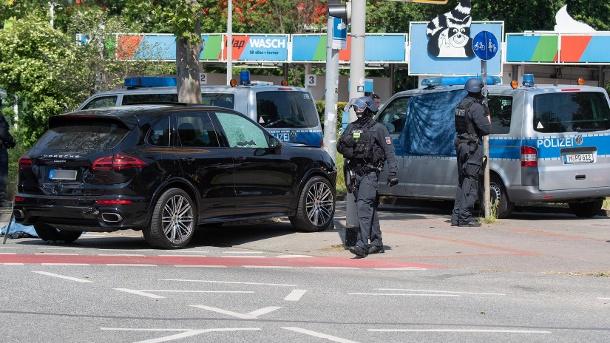 polizisten-sichern-einen-tatort-an-der-herschelstrasse-am-mittag-kam-es-auf-offener-strasse-zu-einer-auseinandersetzung-zwischen-insassen-von-zwei-pkw-in-dessen-verlauf-ein-mann-getoetet-wurde-