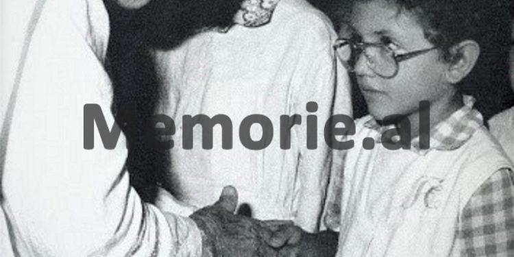 13.-Nënë-Tereza-me-fëmijë-750x375
